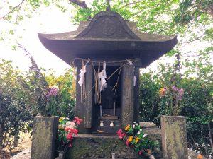 緒方三郎惟栄の廟