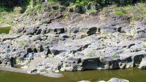甲羅状の列柱石は絵画的な面白さを見せる