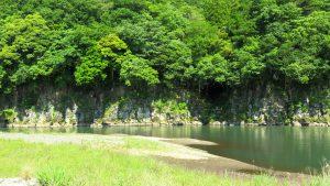 天然の要害、滑瀬川の岸壁