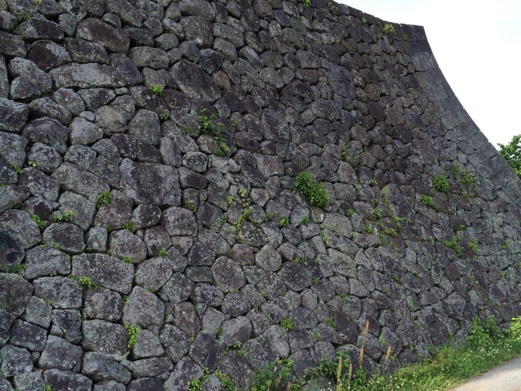 岡城本丸の石垣車軸築、広く高い石垣