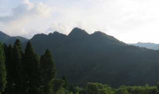 小松尾城(小松ヶ城・神原城)右から2番目が主郭と伝わる。
