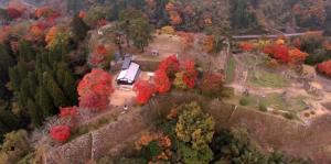鮮やか高画質4K映像 秋の紅葉に包まれた 岡城本丸・二の丸・三の丸のドローン空撮映像