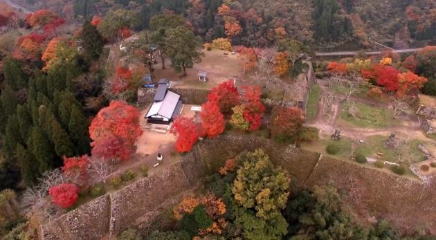 鮮やか高画質4K映像 秋の紅葉に包まれた 岡城本丸・二の丸のドローン空撮映像