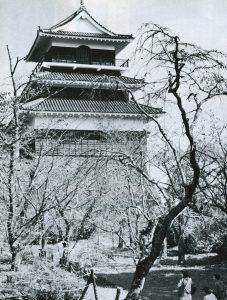 復元された岡城の天守閣 白黒写真