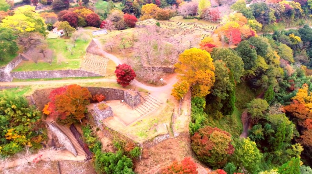 紅葉に彩られた岡城の大手門を歩く Walking main gate of Okajou castle colored with autumn leaves